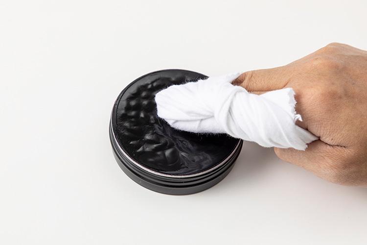 <p>布を指に巻きつけて、ミラーグロスを少量とる。結構固い感触だ。</p>