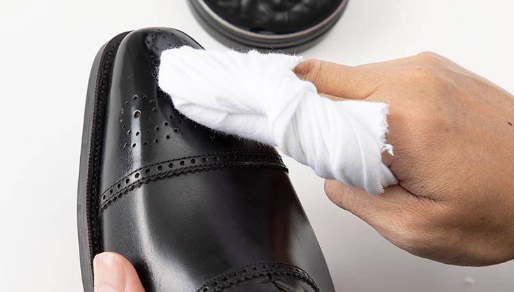 実践!「革靴のつま先」は鏡面磨きクリームでどれだけピカピカになる?