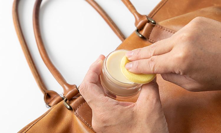 <p>まずは付属のスポンジを水で濡らし、レザーソープを溶かしてスポンジにとる。石鹸のような硬さなので、少し泡立てるようにしてスポンジにとるとスムーズだ。</p>