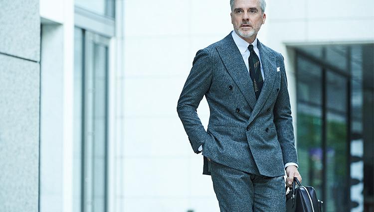 「いつものグレースーツを大人っぽく」見せるなら、こんなネクタイ!