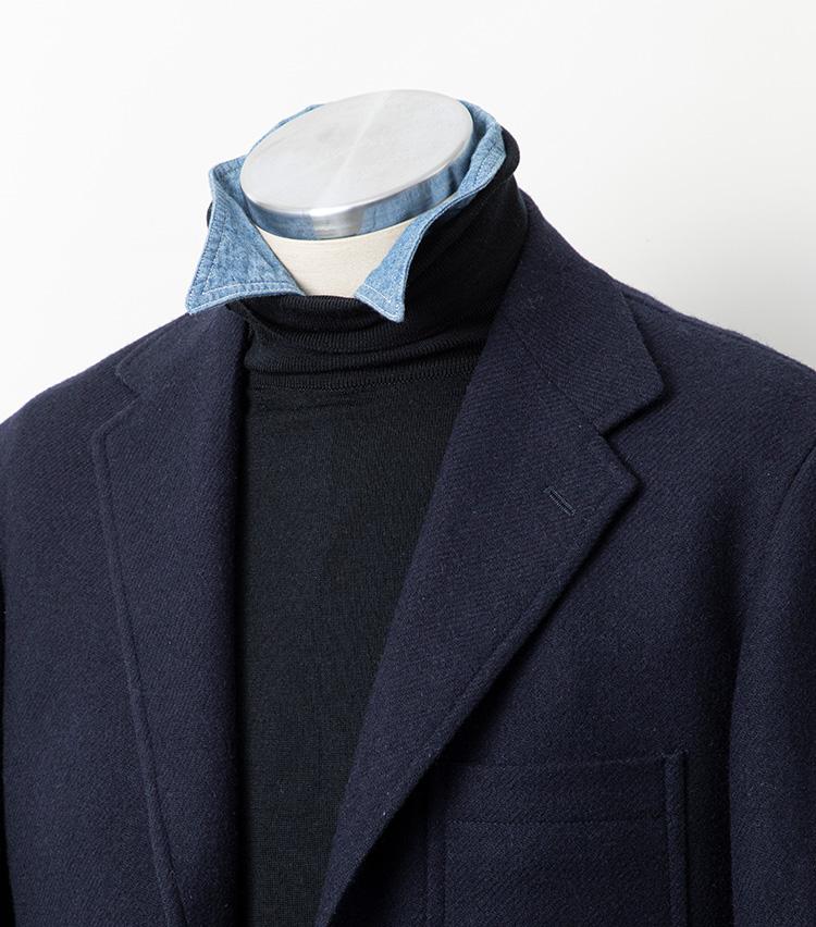 <p><strong>【Technique 1】シャツの襟を首元からチラリ</strong><br />タートルニットの下にシャツを着込んで襟を立て、首元からチラリと覗かせてみよう。あまりドレッシーなシャツだとミスマッチなので、シャンブレーやチェックなど、カジュアルなシャツが好相性だ。また、できるだけ襟が薄く、柔らかいものを選んだほうが自然な雰囲気になる。無造作な表情を演出することが洒脱さの鍵なので、襟の覗かせかたを左右非対称にしたりしてニュアンスをつけることを意識するとよし。ちなみに、シャツの第一ボタンは外したほうが襟のニュアンスをつけやすい。</p>