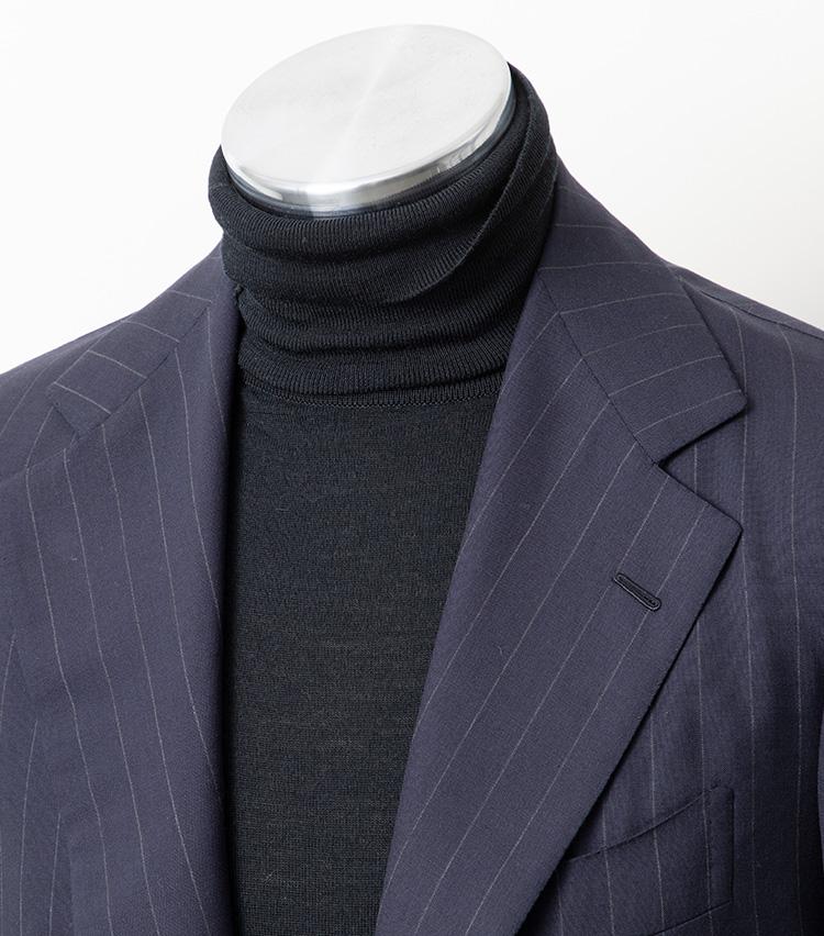 <p><strong>【Technique 3】首の折り返し方ひとつでも新鮮に</strong><br />ネックをキレイに折り返さず、あえてクシャクシャっとさせて表情をつけてみるだけでもかなり印象が変わる。こちらも無造作感が大切で、写真では向かって右側の端をペロリと上に折り返している。スーツにハイゲージのタートルニットといったようなシンプルな服装で、ちょっと物足りないかなと思ったときに実践すると効果的だ。</p>