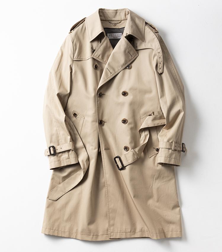 <p><strong>エトネ </strong></br></p> <p>クラシカルな雰囲気漂う男らしいコートといえば、ロング丈のトレンチコート。上質なコットンを超高密度で織り上げて、撥水性やハリ感を持たせたギャバジン素材は、上品な光沢とソフトでしなやかな生地感が魅力だ。腰ポケットには起毛生地が使われており、保温性も抜群。着込むうちにアタリが出ることで、ナチュラルな経年変化が愉しめる。ラグランスリーブ仕立てで、肩周りの動きをサポートしてくれる。まさに伝統的なディテールを盛り込んだ大人顔の一着だ。3万9000円(ユニバーサルランゲージ 渋谷店)︎</p>