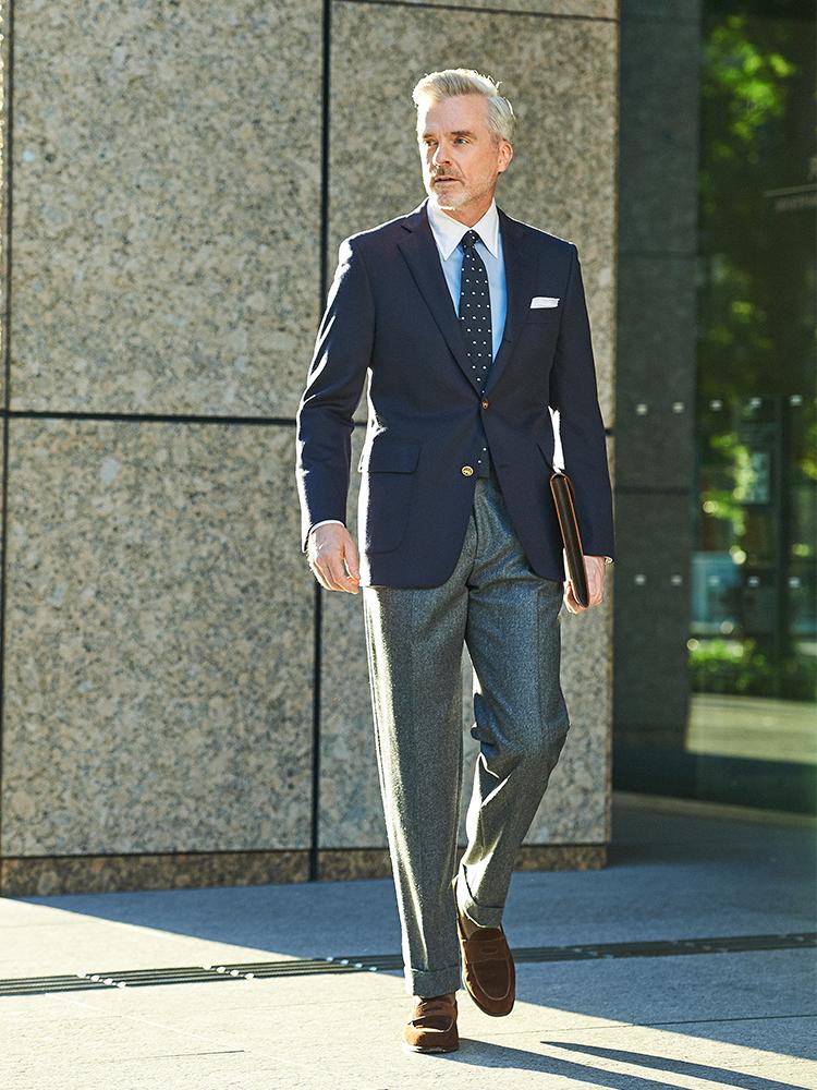 <p><strong>【BEST8】「紺ブレ」を仕事でエレガントに着こなすコツは?</strong></br>クラス感のある紺ブレをお探しの方におすすめなのが、ブルックス ブラザーズのこちら。カシミア100%なので美しい艶感でなんともラグジュアリーな雰囲気に。エレガントにいくならシャツタイも紺~ブルーのグラデーションで合わせるのが◎だが、このジャケットなら他にもいろいろな合わせができそう。</p> <p><a href=