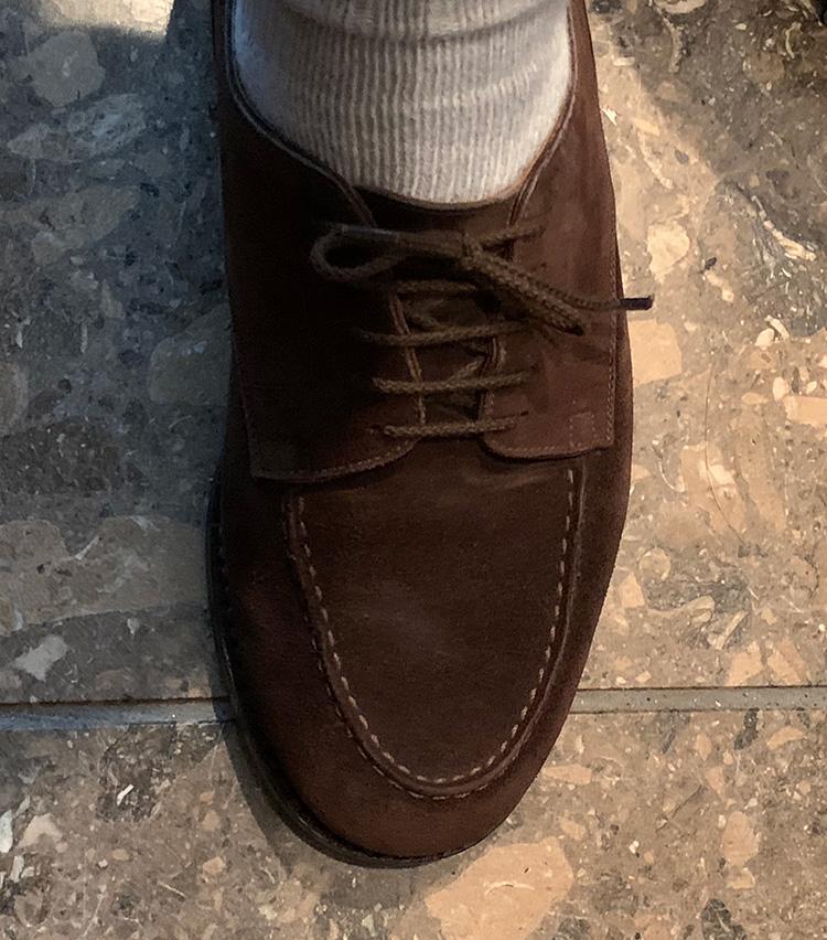 <p><b>これは凄い! 一日歩き回っても靴紐がほどけない!</b><br />結果はこのとおり、一度も靴紐がほどけることなく、一日過ごすことができた。結び目を見ても、全く緩んでいないことがわかる。ところで、ここまでカッチリと固定されていると、ちゃんと紐をほどくことができるのか? と気になったが……</p>