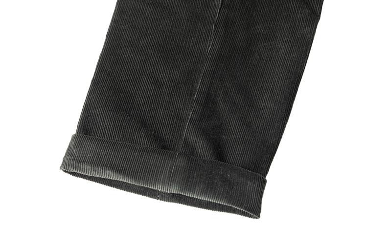 """<p><b>きちんと感が上がる「ダブル」</b><br />スーツやウールパンツにおいてはスタンダードな「ダブル」。歴史的にはシングルに比べるとスポーティな仕上げとされるが、現代の目線で見ると""""きちんと感""""の高い印象となる。生地に厚みのあるコーデュロイパンツの場合、裾がボッテリ見えるとして昔はNGといわれていた。しかし昨今はアクセントとしてダブルをあえて選択するケースも増えてきている。ダブルの幅はドレスパンツと同様、3.5~4.5cmが標準。</p>"""