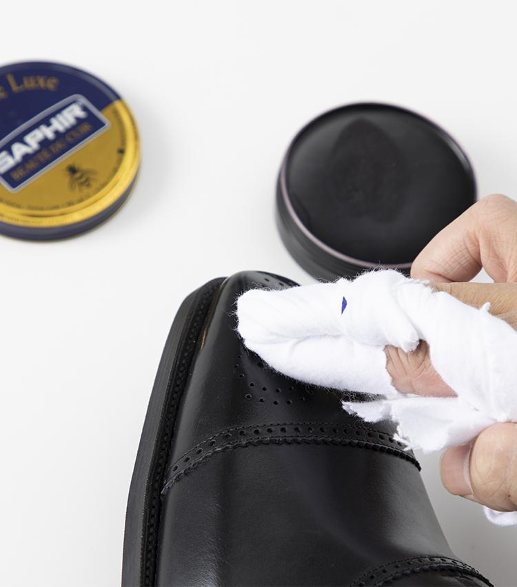 <p><b>サフィール「ビーズワックスポリッシュ」</b><br />ヌルッとした手触りで、クロスに取りやすいのが好印象。靴にも塗り広げやすく、スムーズに磨ける。輝きはやや控えめな印象で、ビカビカに光らせるにはかなり時間がかかりそうだ。</p>