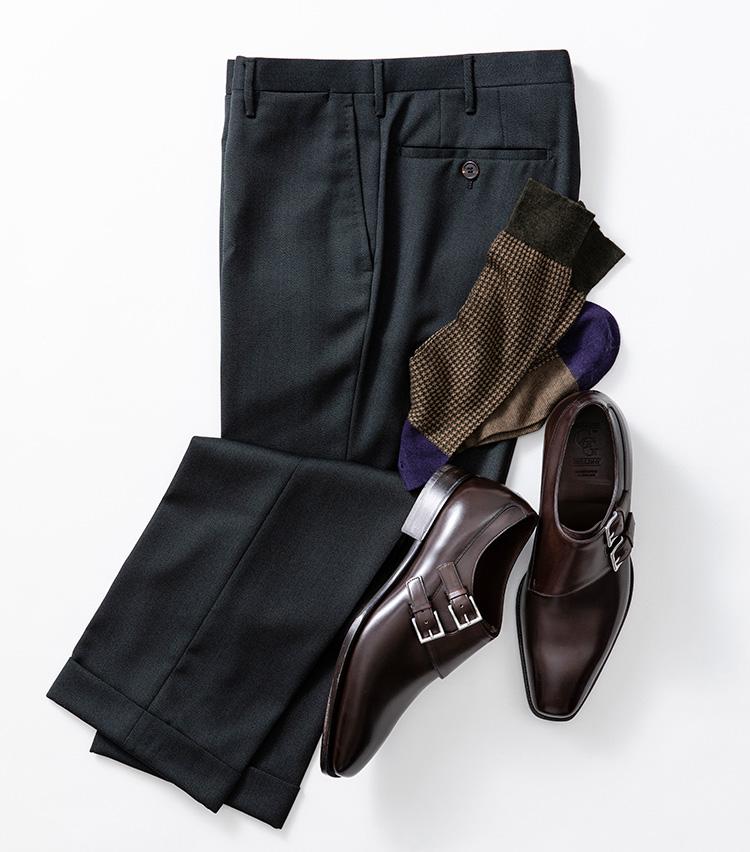 """<p><strong>""""靴を脱いでも""""お洒落に見せる</strong><br />こちらもマイクロ千鳥柄だが、つま先とカカトをパープルに切り替え、足の裏をボーダー柄にしたマルチパターン。お座敷などで靴を脱いた時にいっそうの洒落心をアピールできる一足だ。<br /> ソックス3400円/パンセレラ(真下商事) パンツ5万円/ロータ(エストネーション) 靴22万円/ガジアーノ&ガーリング(トレーディングポスト青山本店)</p>"""