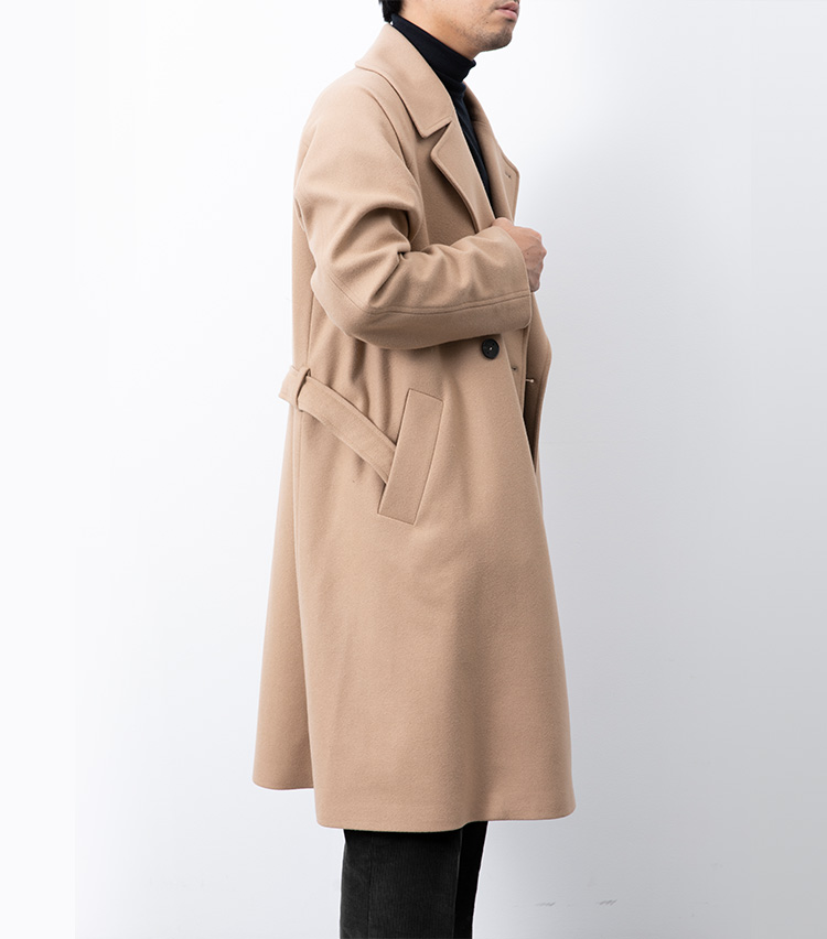 <p><strong>【Style 4】ベルトを外したら、端をポケットに</strong><br />ベルトを外してコートを着る際、背中で結ぶのはNG。これは女性の着方で、男性には不相応とされている。このように、両ポケットにベルトの端を入れておくのが正しい着こなしだ。</p>
