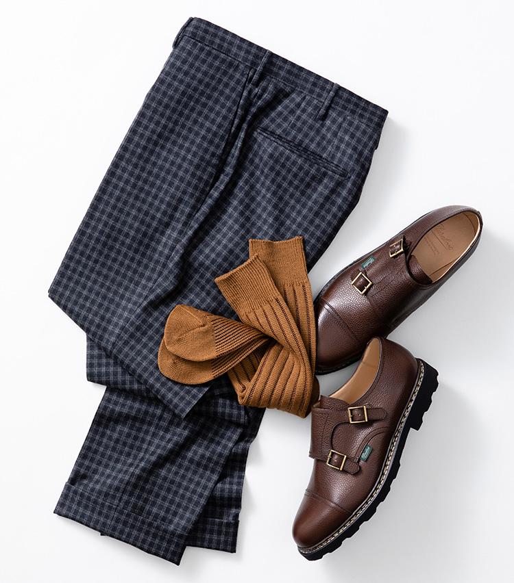 <p><strong>【Style 2】柄物パンツには無地のカラーソックスが効く</strong><br />柄入りのパンツに柄ソックスはゴチャついてしまう危険性大。そこで、無地のカラーソックスを活用してみよう。今の時期なら暖色系を選ぶと季節感も演出できて◎。こちらでは、靴の色みに近いトーンのソックスを合わせて、足元の繋がりを意識している。ソックス1800円、靴6万8000円/以上パラブーツ(パラブーツ青山店 TEL:03-5766-6688) パンツ3万9000円/インコテックス(ストラスブルゴ TEL:0120-383-563)</p>
