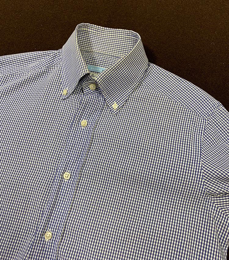 <p>こちらのシャツでチャレンジ。ごらんのとおり、オーソドックスなボタンダウンシャツだ。これを自分でバンドカラーにカスタムしてみよう。</p>