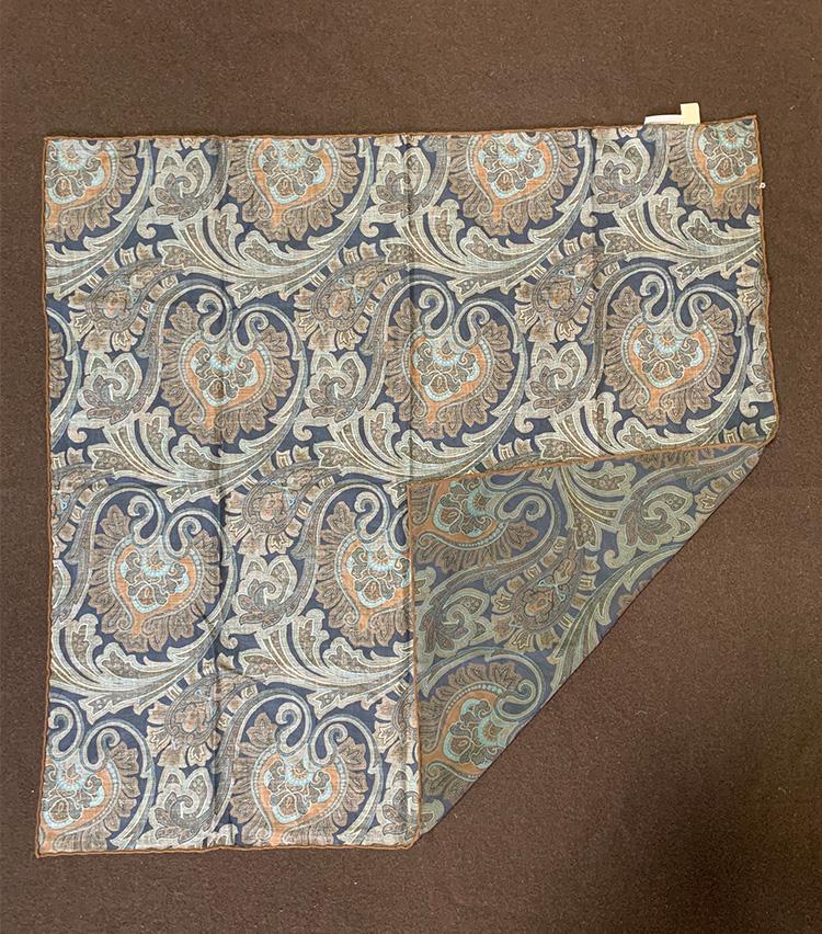 <p>まずは広げたスカーフの一角を中央まで折る</p>