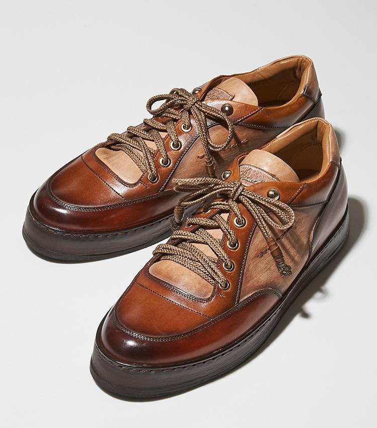 <p><strong>【BEST5】ステファノ ブランキーニ </strong></br>ブランキーニならではの繊細なパティーヌによって、まるでコンビ靴のように色分けされた趣きのある表情を醸し出す6アイレットのスニーカー。靴職人によって色づけされ磨かれた、アンティーク調の雰囲気がドレス靴のように美しい。クッション性のある厚いラバーソールが長時間の歩行を快適に。靴と同色に手染めされたボリューム感のある靴紐も、温かみのある表情を作り出す。艶やかで色気を感じさせる伊勢丹別注品。8万7000円(伊勢丹新宿店)</p>