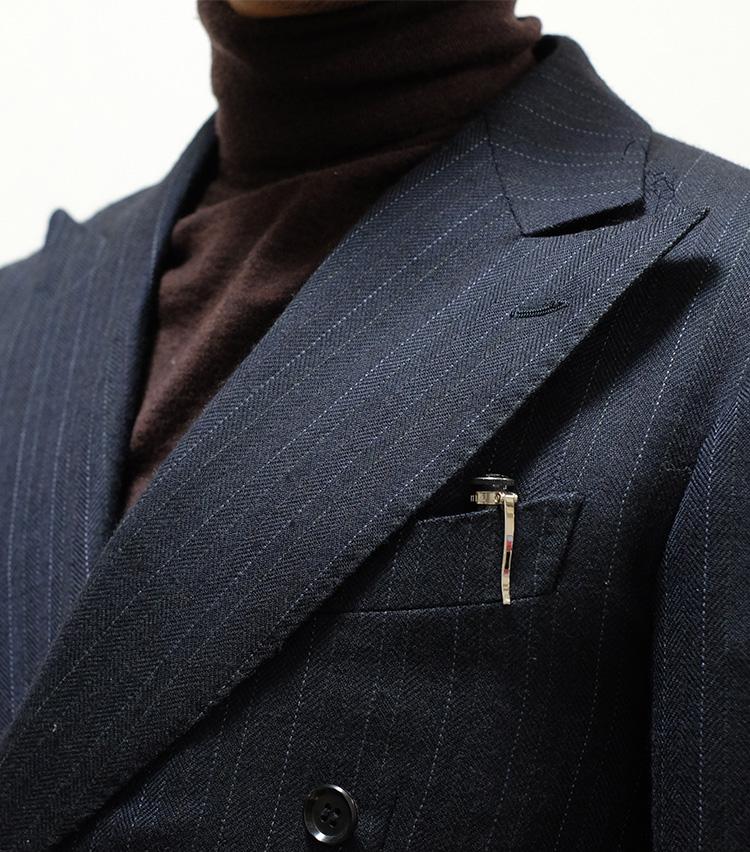 <p><strong>【Technique 4】ペンを胸ポケに</strong><br />ビジネスマンなら本格的なペンを一本はもっておきたいものだが、それは商談や会議などで存在感を発揮するだけでなく、ファッションアクセサリーとしても効く。ジャケットの胸ポケに挿しておくだけでアクセントになり、装いの格をあげてくれるのだ。</p>