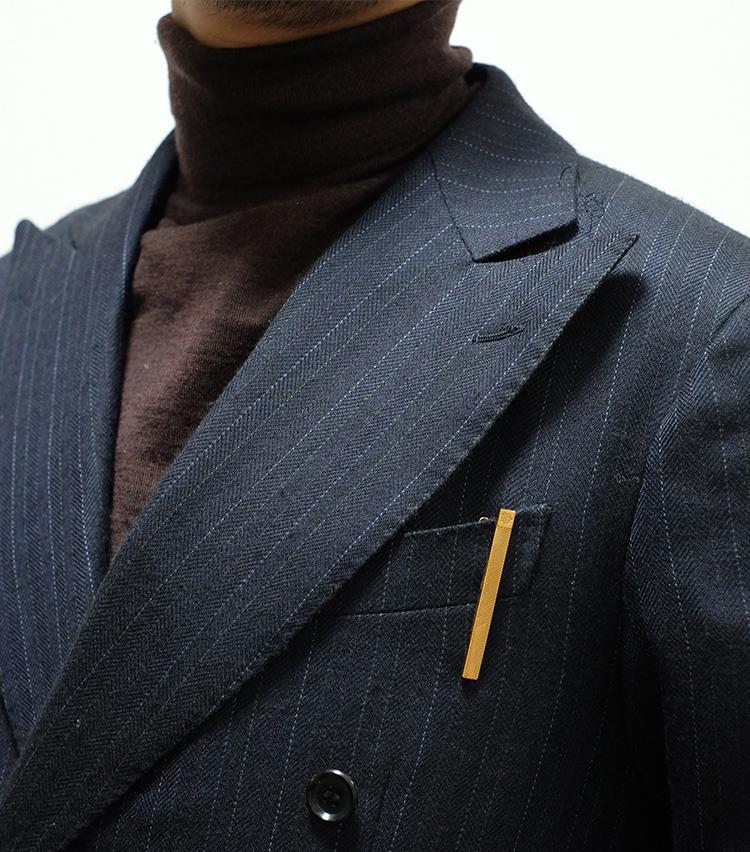 <p><strong>【Technique 5】タイバーを胸ポケに</strong><br />タイバーをアクセサリーとして胸ポケに挿してみるのも時に新鮮。ポケットチーフと組み合わせてみるのもいいだろう。</p>