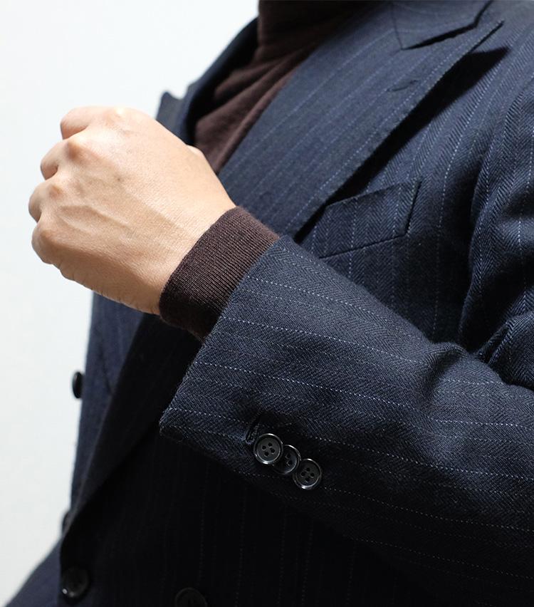 <p><strong>【Technique 6】スーツの袖ボタン外し</strong><br />本格的なスーツは袖のボタンが実際に留め外しできるようになっている。これは「本切羽」と呼ばれるが、洒落者の多くはあえてこのボタンを1~2個外している。無造作感を演出できるとともに、本格仕立てをさりげなくアピールする効果も。</p>