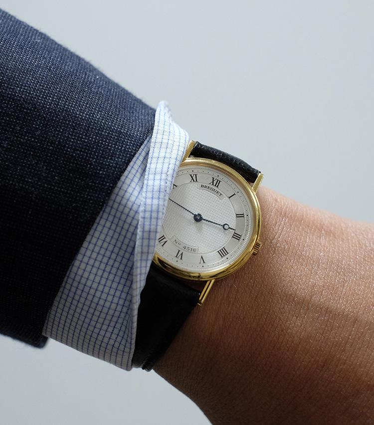 <p><strong>【Technique 7】シャツのカフめくり</strong><br />時計をしている方のカフを端だけペロリとめくると、アシンメトリーなニュアンスをつけることができる。もちろん時計を見やすくなる実利も。</p>