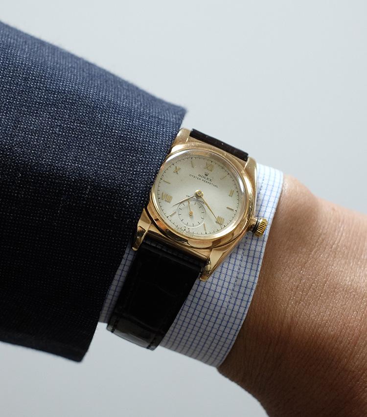 <p><strong>【Technique 8】時計on the カフ</strong><br />イタリアを代表する洒落者、ジャンニ・アニエッリが実践していたことでも有名。汗でベルトが蒸れるのが嫌な方にもおすすめ。</p>