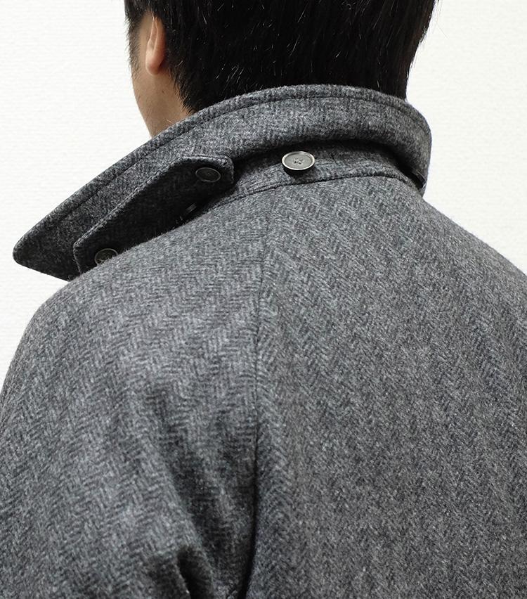 """<p><strong>【Technique 10】コートの襟は""""半立て""""に</strong><br />コートの襟は全部立てず、半分めくり上げるようにして立てるとよし。キザな印象を緩和して、自然な洒脱さを演出できる。</p>"""