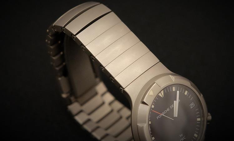 <p>表面もくすんだ感じ。着用感はベタッとしていて、汗をかいた後に時計を外すと、黒い汚れが手首に……汚い!</p>