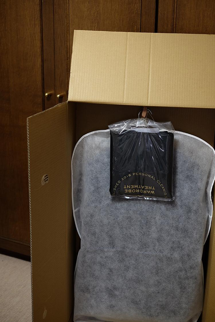 <p>荷物は大きなダンボールに梱包されて届いた。ハンガーに掛けられた状態で、畳まずに配送されるので、シワや型崩れの心配はなさそう。非常に丁寧な梱包で、仕上がりにも期待が高まる。</p>