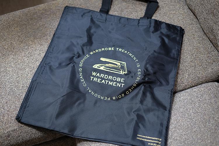 <p>今回は初めての依頼だったので、こんなランドリーバッグも付属。次回以降はこれに衣類を入れて集荷依頼をすることができる。</p>