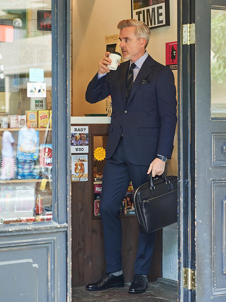 <p><strong>【BEST1】「黒地ネクタイ」が1本あれば、いつものスーツが断然、引き締まる!【胸元実例集つき】</strong></br>ホリデー&ブラウンの幾何学柄の黒地ネクタイは、ベーシック色の真面目スーツに合わせたとき、シンプルな紺系のネクタイと比べると胸元の存在感が一段とパワーアップ。ネクタイがかなり大柄なので、合わせるシャツは細かなロンドンストライプ柄でピッチをずらすのが鉄則だ。</p> <p><a href=