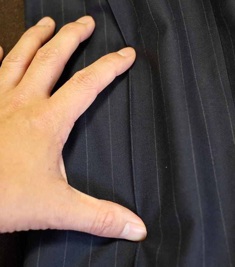 <p>上質なストライプパンツの場合、プレスのラインはストライプに沿って入れられているものが多い。薄くなったプレス跡に加えて、ストライプの線沿いにアイロンをかけるようにすると失敗がない。</p>