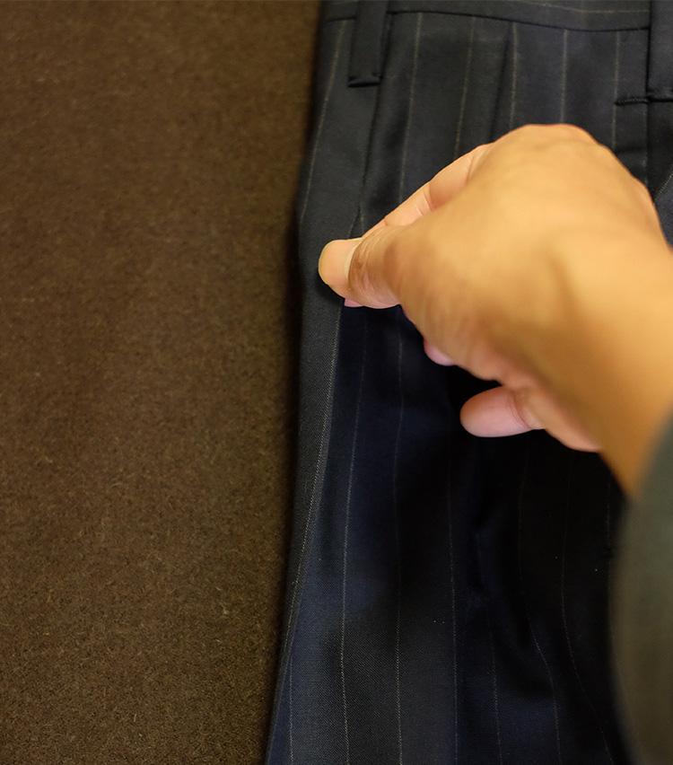 <p>腿あたりまできたら、プリーツへの繋がりも確認しながらプレスしていく。</p>