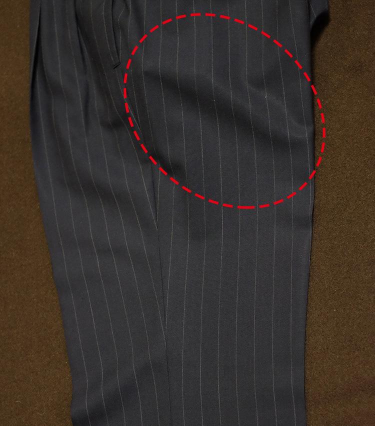 <p>ここで最後のポイント。太ももの裏側あたりには、あえてプレスをかけないでおく。パンツの腰回りは構造が立体的なので、下手に手を出すと全体が歪んでしまう危険があるためだ。パンツは前側のプレス線と、後ろ側の膝上くらいまでがビシッとしていれば十分格好がつくし、太ももの裏は座るとすぐにプレスが伸びてしまうため、わざわざ危険を冒してまでプレスする必要が薄いのだ。</p>