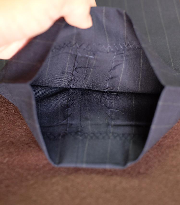 <p>ちなみに無地ものの場合、内側の縫い合わせ線を手掛かりにしてプレス位置をきめていく。上下の縫い線がぴったり重なる位置が正解だ。</p>