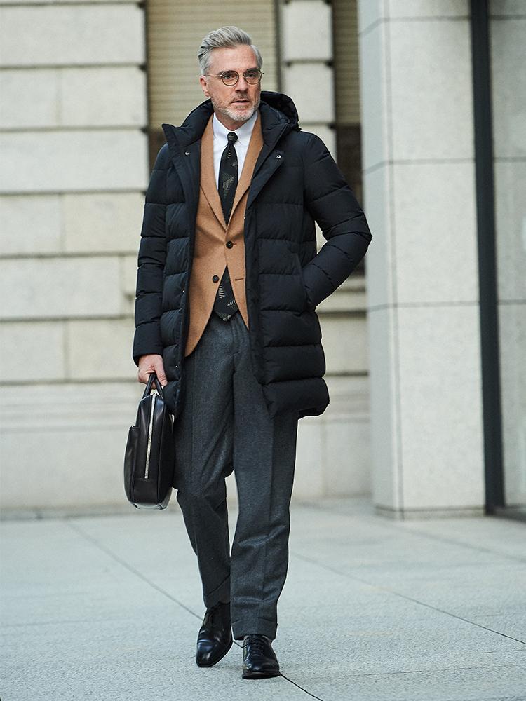 <p><strong>【BEST4】ジャケットがお洒落になる色合わせは「この2色」と覚えよう【胸元実例集つき】</strong></br>黒ベースのヴィンテージ柄ネクタイは、この秋冬、いつものスーツ&ジャケットをお洒落に格上げする絶好のアイテム。グレースーツや紺スーツはもちろん、キャメルジャケットに合わせてもOK。このキャメルと黒の2色、実は非常に相性が良い。キャメルの柔らかな印象と、黒のシャープな印象が絶妙に引き立てあって、いいバランスになる。</p> <p><a href=