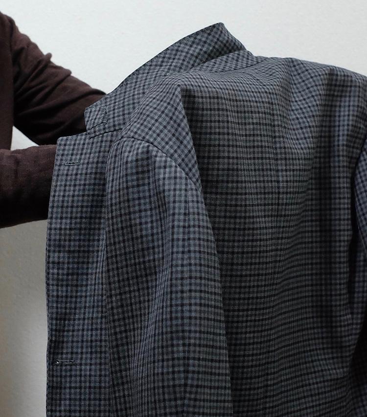 <p>両手をジャケットの中に入れ、写真のような形に。手は肩あたりに入っている。</p>