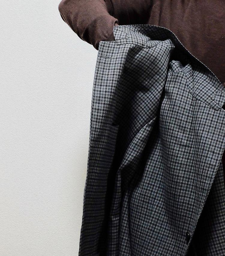 <p>つけた肩先を支点にして、クルリとひっくり返すような形で、片方の肩をもう一方へかぶせるように畳む。</p>