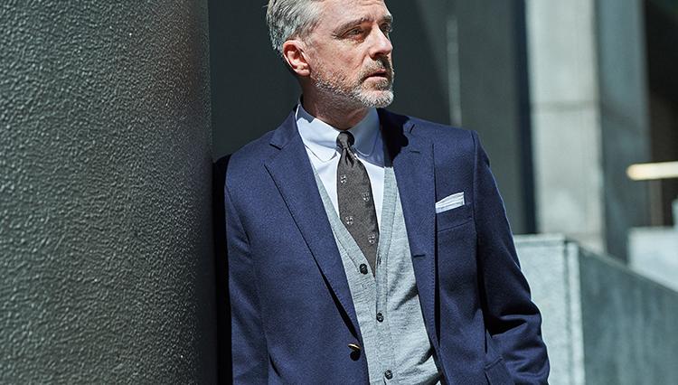 「定番スーツやジャケットに変化をつける」カーディガン活用法【胸元実例集つき】