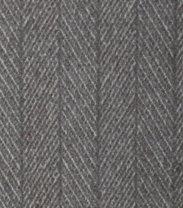 "<p><strong>【柄】○○○○○○</strong><br />""にしんの骨""という意味。その名のとおり、魚の骨のように斜めの線が交互に並ぶ形で織られた柄。杉綾模様とも呼ばれる。スーツ、パンツ、コートなど様々なアイテムに用いられ、秋冬向けのアイテムに多い。</p>"