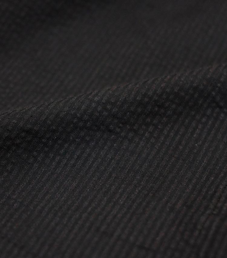 <p><strong>【素材】○○○○○○</strong><br />夏のジャケットやスーツ素材として有名。表面がちぢれたように凸凹しているのが特徴的で、肌への設置面積が少ないため涼感が高い。水色と白のストライプ柄が最も有名だが、最近はこちらのようにダークトーンのものも増えている。</p>