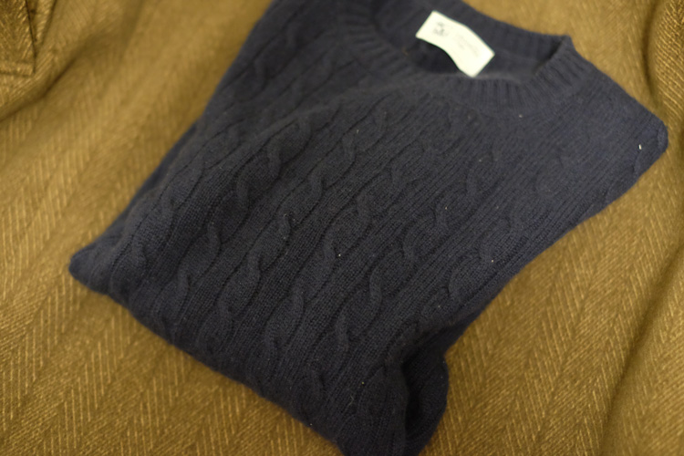 <p><strong>こちらが洗濯前の状態</strong><br />カシミア100パーセントのニット。フワフワの肌触りを損なわず、手洗いすることができるのだろうか?</p>