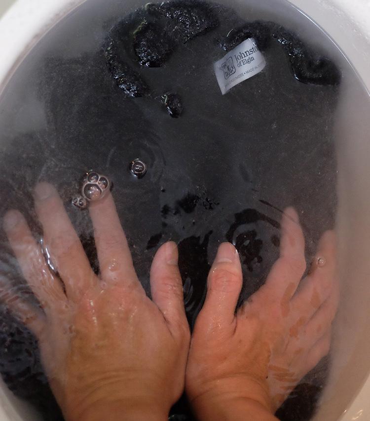<p><strong>やさしくすすぐ</strong><br />お湯を入れ替え、泡が出なくなるまでやさしくすすぐ。このときもできるだけニットを動かさず、軽く押すような感じですすいでいく。</p>