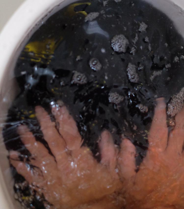 <p><strong>再び軽く押し洗い</strong><br />軽く押しながらコンディショナーをなじませていく。10回程度押し洗いしたら、お湯を変えて軽くすすぐ。</p>