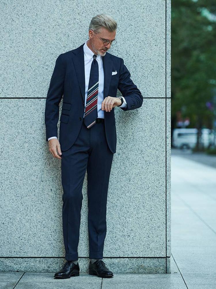 <p><strong>【BEST3】いつもの「紺無地スーツを今年っぽく」見せるネクタイは、こんな柄!</strong></br>いつもの紺スーツをちょっと格上げするなら、クラシックかつ柔らかい印象もあるラウンドタブカラーの白シャツを合わせたい。さらに今季的な洒落度を演出するため、「パネルストライプ」柄のネクタイもおすすめだ。</p> <p><a href=
