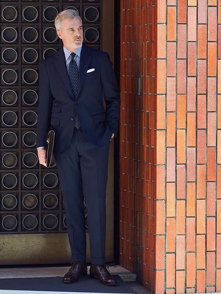 <p><strong>【BEST10】「きちんと見えてお洒落」な紺スーツの鉄板配色は?</strong></br>紺スーツをベースにした「紺×白」のシンプル配色で、誠実感あるコーディネート。マリア サンタンジェロの極細ピッチのストライプシャツに、マリネッラのセッテピエゲの小紋タイで、オールナポリブランドのナポリ紳士スタイルが完成。</p> <p><a href=