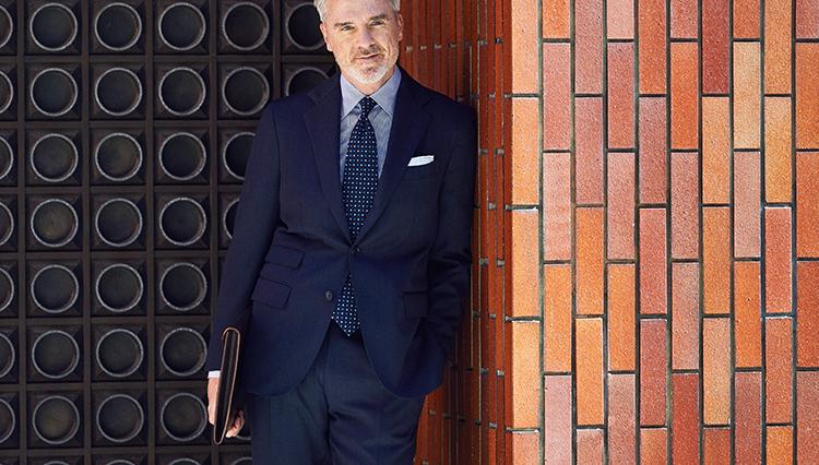 「きちんと見えてお洒落」な紺スーツの鉄板配色は?