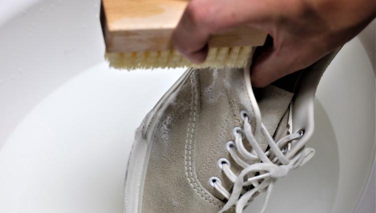 話題の「スニーカーシャンプー」で汚れたスニーカーを洗ってみると……