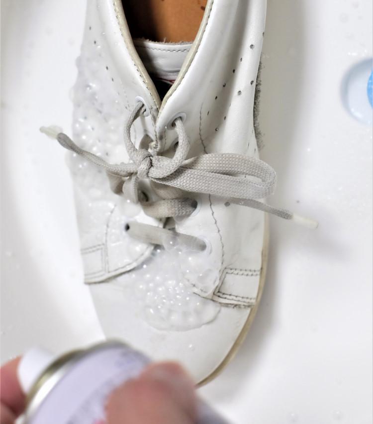 <p>ケア方法は本当にワンステップ、吹きかけるだけでOKだ。泡がブクブクと立ってきて、汚れを浮き上がらせてくれる。汚れが気になるときには、ブラシでこすると効果的だそう。靴の内側にスプレーが入り込まないよう注意。</p>