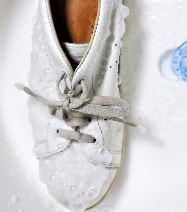 <p>スプレーした直後はこんな感じ。数分待って泡が落ち着いてきたら、タオルで表面を拭けば完成だ。さて、洗い上がりのほどは?</p>
