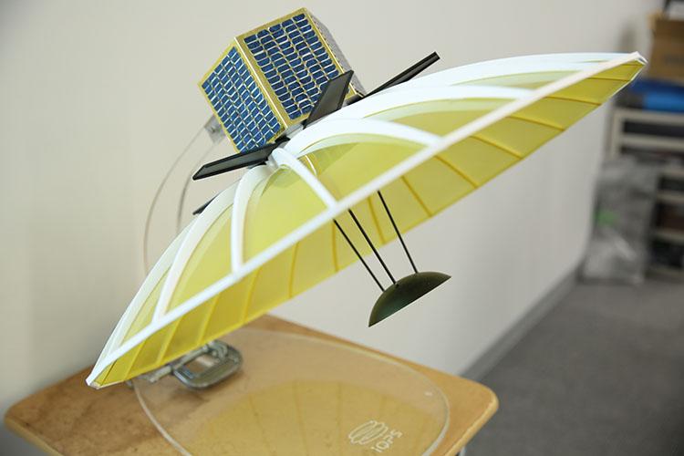 QPS小型SAR衛星の模型「宇宙ベンチャーに転職しました in QPS研究所」