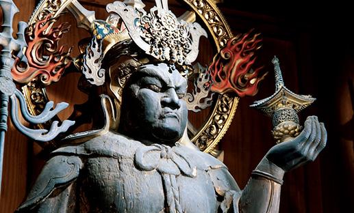 <p><b>「勇ましく美しい毘沙門天は一見の価値あり」</b><br />「仏教では四天王の一人に数えられる毘沙門天ですが、ここまで立派なものはそうなく、勇ましくも美しい姿には惚れ惚れします。普段は団体でないと拝観できませんが、11月中旬~12月上旬は一般公開時期なのでぜひお見逃しなく」</p> <p><b>勝林寺</b> 住所:京都府京都市東山区本町15-795 TEL:075-561-4311 営業時間:9時~16時 不定休</p>