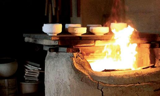 <p><b>「楽焼の作陶風景は必見」</b><br />「祇園近辺、唯一の窯元で150年の京町家であるこちら。なんと、工房営業日には実際に楽焼の窯での作陶風景を見られます。町中でこのような工房を見られるのは珍しく、焼き物も購入でき京都に来慣れている方にもおすすめ」</p> <p><b>楽焼 和楽</b> 住所:京都府京都市東山区月見町24 TEL:050-7122-0325 営業時間:9時~17時30分 不定休</p>