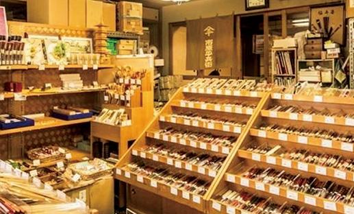 <p><b>「美食の街である京都らしいお土産を」</b><br />「京都の多くの料亭や割烹がお店で用いているお箸が実はこちらのもの。素材にこだわり、軽くて細い箸が多く、あらゆる用途に合わせて使いやすいものばかり。何か一品素敵なお土産を探している方にもおすすめのお店です」</p> <p><b>御箸司 市原平兵衞商店</b> 住所:京都府京都市下京区小石町118-1 TEL:075-341-3831 営業時間:10時~18時30分(日曜・祝日は18時まで)</p>